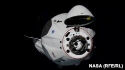 Crew Dragon приближается к МКС с открытым стыковочным узлом, 31 мая 2020 года.