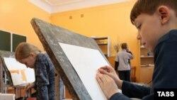 Дети на занятиях в художественной школе