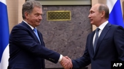 Russian President Vladimir Putin (left) meets with his Finnish counterpart Sauli Niinisto at the Novo-Ogaryovo state residence outside Moscow on March 22.