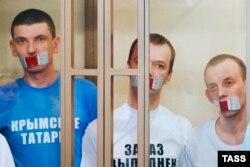 Слева направо: Рустем Ваитов, Юрий (Нури) Примов и Руслан Зейтуллаев в суде Ростова-на-Дону, 7 сентября 2016 года