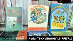 Сегодня министерство образования опубликовало список магазинов по всей Грузии, в которых учебники будут продаваться по фиксированной цене