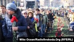 Ուկրաինացիները Մայդանում հարգանքի տուրք են մատուցում բախումներում սպանված ակտիվիստների հիշատակին, Կիև, 24-ը փետրվարի, 2014թ.