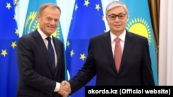 Interim Kazakh President Qasym-Zhomart Toqaev (right) and Donald Tusk, president of the European Council, in Nur-Sultan