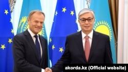 Председатель Европейского совета Дональд Туск (слева) и президент Казахстана Касым-Жомарт Токаев. Нур-Султан, 31 мая 2019 года.
