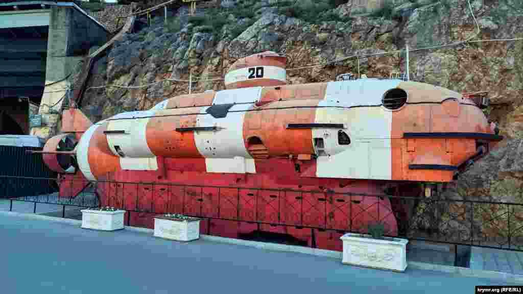 Рятувальний глибоководний апарат АС-20 біля входу