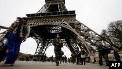 В связи с терактами во Франции усилены меры безопасности. К патрулированию улиц привлечены военные