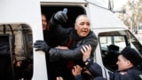 Полицейские задерживают мужчину во время митинга. Алматы, 22 февраля 2020 года.