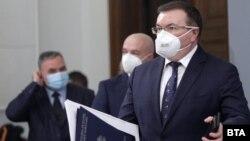 Главният държавен здравен инспектор Ангел Кунчев (вляво), председателят на Националния оперативен щаб Венцислав Мутафчийски и здравният министър Костадин Ангелов по време на брифинга на 31 декември 2020.
