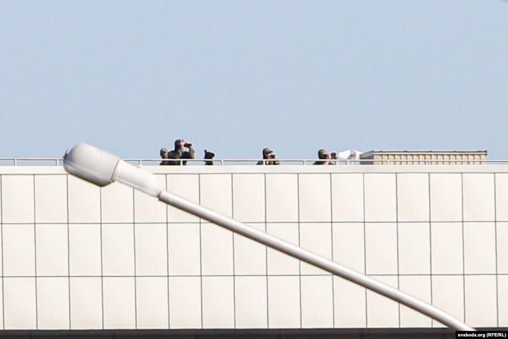 Снайпери на даху Палацу незалежності