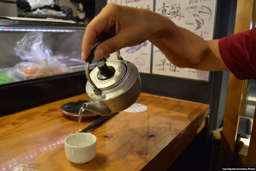Саке в кафе подают подогретым