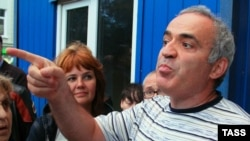 Garry Kasparov leaves a police station in central Moscow on August 17.