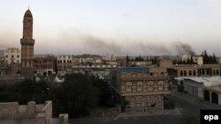 Дым после авиаударов аравийской коалиции по столице Йемена Сане.