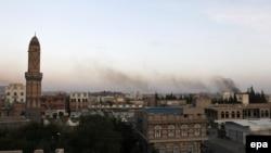 Дым над Саной после воздушных ударов, предположительно нанесенных силами коалиции. Иллюстративное фото.