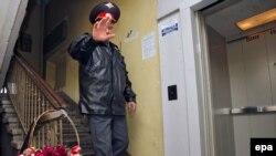 Правозащитники говорят, что власть боится даже мертвой журналистки. На фото - место убийства Анны Политковской