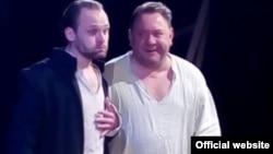 Богдан Бенюк (праворуч) у ролі Калитки у виставі Театру на Подолі «Сто тисяч»