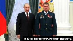 Володимир Путін і Валерій Асапов, який отримав від президента Росії орден «За заслуги перед Вітчизною». Кремль, 2013 рік
