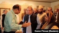 Пәкістанның бұрынғы премьер-министрі Наваз Шариф (ортада) Исламабадтағы Пенджаб үйінен кетерде бұрынғы үкімет мүшелерімен сөйлесіп тұр. 9 тамыз 2017 жыл