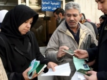 Syria - Iraqi refugees wait in front of the offices of the UN High Commissioner for Refugees in Damascus, 04Feb2007