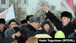Политик Хасен Кожа-Ахмет на стихийном митинге после событий в Жанаозене. Алматы, 17 декабря 2011 года.