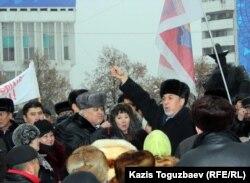 Хасен Кожа-Ахмет выступает на стихийном митинге протеста против расстрела демонстрации Жанаозене. Алматы, 17 декабря 2011 года.