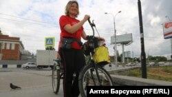 Наталья Иванова во время велопробега в Новосибирске