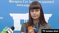 Жоғарғы соттың ресми өкілі Оксана Петерс баспасөз мәслихатында. Астана, 26 наурыз 2012 жыл.