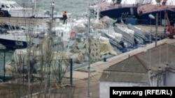 Украинские военные корабли под маскировочной сетью в Керчи, февраль 2019 года