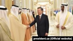 Uzbek President Shavkat Mirziyoev (center) attends a welcoming ceremony in Abu Dhabi on March 25.