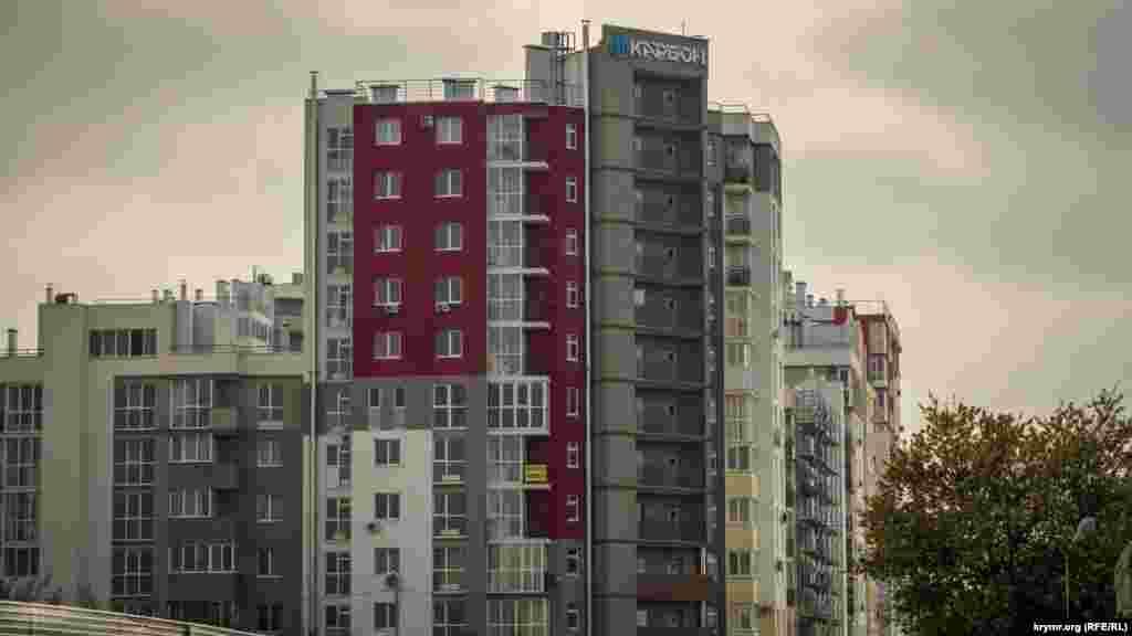 Поруч уже зведені новенькі житлові будинки