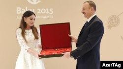 İlham Əliyev «Heydər Əliyev» ordenini Mehriban Əliyevaya təqdim edir – 29 iyun 2015