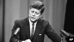 جان اف کندی، سیوپنجمین رئیسجمهوری آمریکا، در ۴۶ سالگی ترور شد.