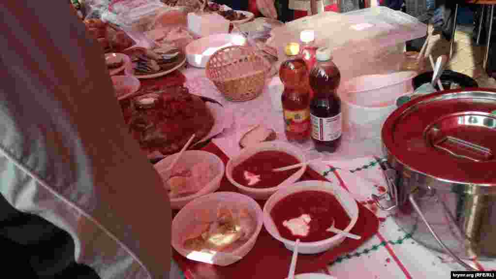 В Керчи ели украинский борщ и бутерброды с салом