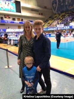 Паша Лапушкин со старшим братом и мамой