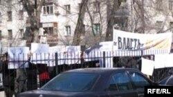 Мухолифат лидери Аликбек Жекшенқуловни бир ойга қамаш ҳукми 11 март куни Бишкек шаҳар Биринчи май туман суди биноси олдида стихияли митинг уюштирилишига сабаб бўлди.