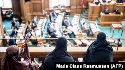 Парламенттеги добуш берүүгө паранжы кийген аялдар да күбө болушту.
