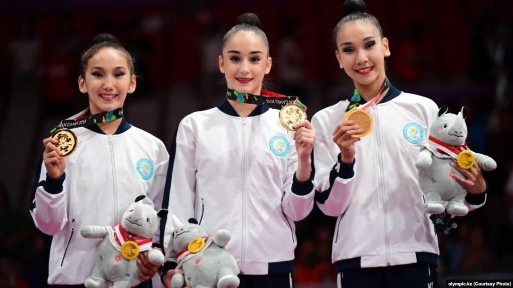 Даяна Абдрибекова (справа), Алина Адильханова (в центре) и Адиля Тилекенова (слева) на церемонии награждения Азиатских игр в Джакарте, 27 августа 2018 года. Фото Салии Сабиевой, Национальный олимпийский комитет Казахстана.