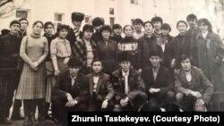 Журсин Тастекеев (по центру выше) с однокурсниками. Алматы, 1986 год.