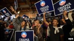 Сүрөттө Барак Обаманын Атлантадагы тарапкерлери жеңишти майрамдашууда.