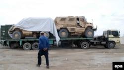 Kamionët që transportojnë makina ushtarake të NATO-s nëpër Pakistan