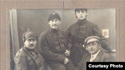 Nəriman Nərimanov (sağda)