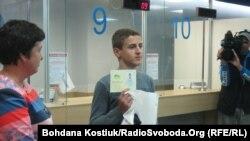Беженец из региона на востоке Украины показывает выданный киевскими властями паспорт. 28 августа 2014 года.