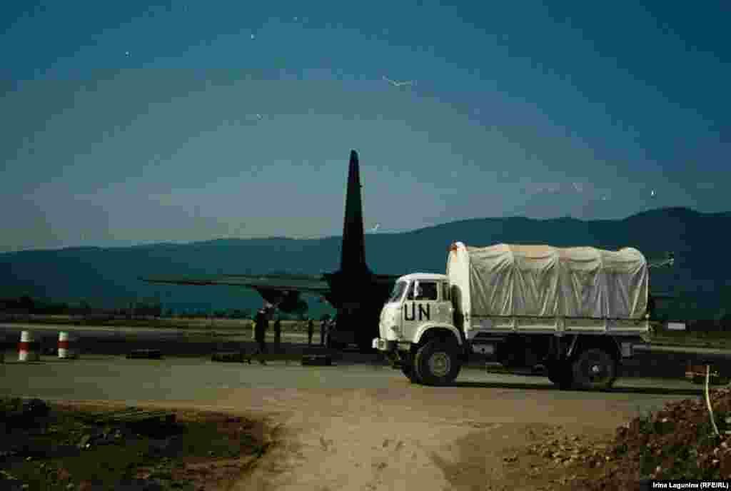 Еда, вода, медикаменты и предметы первой необходимости поставлялись в Сараево самолетами ООН. К лету 1993 года возникла проблема - не в чем хоронить католиков и православных. Гробы тоже начали доставлять в рамках гуманитарной помощи городу.