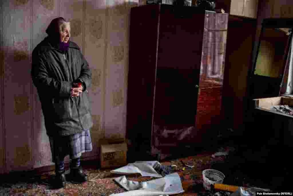 Раїса Казакова у своєму пошкодженому і розграбованому будинку в Дебальцеві