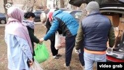 Moskwa. Migrantlar koronawirus sebäpli işini ýitiren migrantlary naharlaýar.