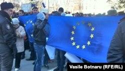 Парламент имаратынын сыртында өкмөттүн жактоочулары жыйналды. Кишинев, 5-март, 2013-жыл.