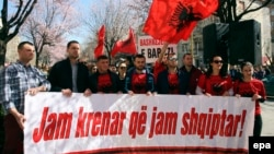 Makedonija je u osnovi bilingvalna od 2008: Na fotografiji Albanci sa natpisom 'Ponosan sam što sam Albanac' ispred Ambasade Makedonije u Tirani, mart 2017.