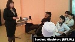 Юлия Денисенко студенттерге дәріс оқып тұр. Астана, 1 қараша 2013 жыл.