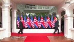 Trump dhe Kim shtrëngojnë duart