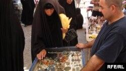 بائع احجار كريمة وحلي مطعمة بها (من الارشيف)