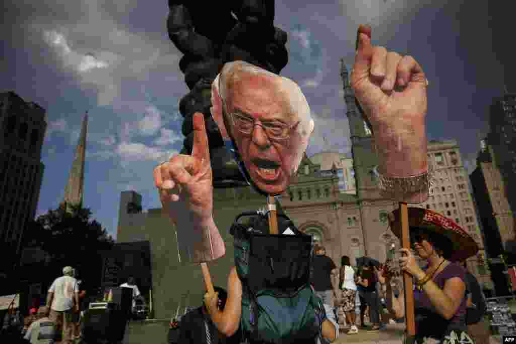 گروهی از هواداران سندرز که مخالفت خود را با معرفی هیلاری کلینتون به عنوان نامزد حزب دمکرات بیان کردند.